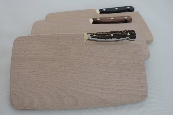 Holzbrett mit Jausenmesser